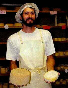 Fromager présentant les fromages de la Ferme d'Ambias à Gaec